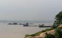 """""""Cát tặc"""" đục khoét lòng sông Hồng: Dự án bảo vệ cầu Nhật Tân đang bị đe dọa!"""