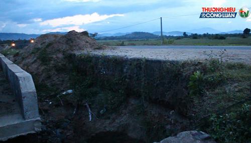 """Đắk Lắk: """"Hố tử thần"""" khổng lồ xuất hiện trên Quốc lộ 27 - Hình 1"""