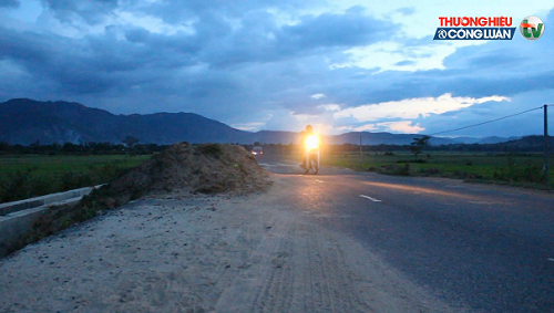 """Đắk Lắk: """"Hố tử thần"""" khổng lồ xuất hiện trên Quốc lộ 27 - Hình 2"""