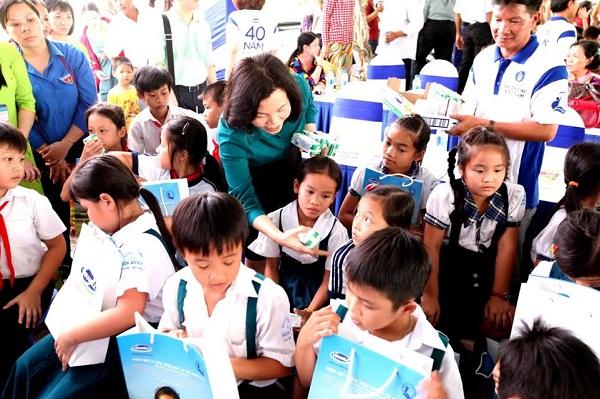 Vinamilk trao tặng gần 130.000 ly sữa cho trẻ em tại Vĩnh Long - Hình 3