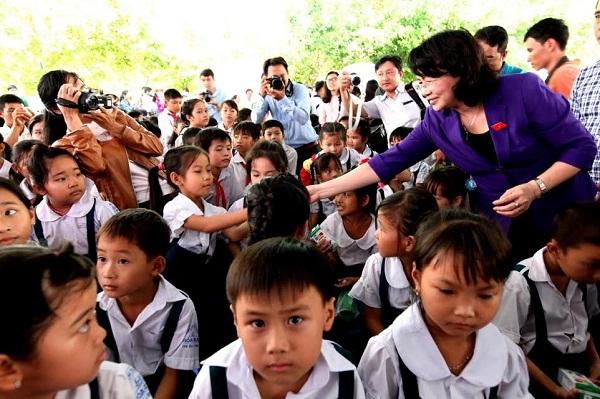 Vinamilk trao tặng gần 130.000 ly sữa cho trẻ em tại Vĩnh Long - Hình 2