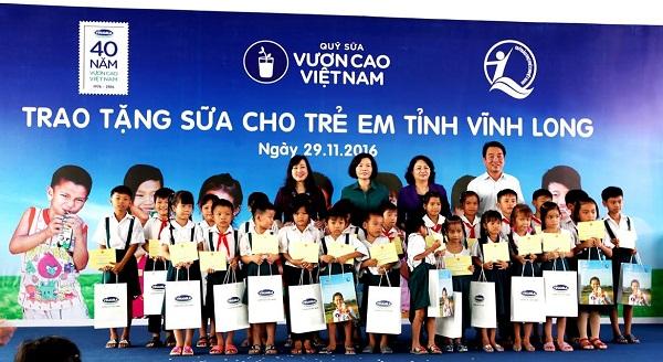 Vinamilk trao tặng gần 130.000 ly sữa cho trẻ em tại Vĩnh Long - Hình 1