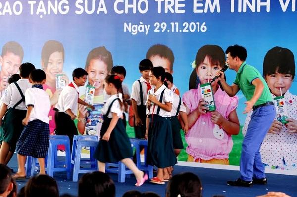 Vinamilk trao tặng gần 130.000 ly sữa cho trẻ em tại Vĩnh Long - Hình 5