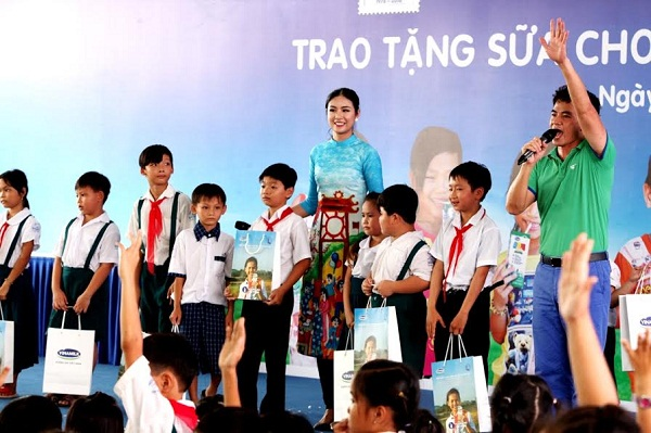 Vinamilk trao tặng gần 130.000 ly sữa cho trẻ em tại Vĩnh Long - Hình 6