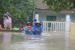 Quảng Nam: Nước lên nhanh, người dân dọn đồ chạy lũ