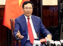 Phó Thủ tướng Phạm Bình Minh trả lời phỏng vấn báo chí
