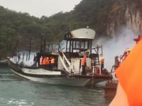 Quảng Ninh: Tàu du lịch nghỉ đêm trên Vịnh Hạ Long bất ngờ bốc cháy