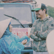 MC Phan Anh tặng bò giống và quà cho bà con miền Trung đón xuân Đinh Dậu