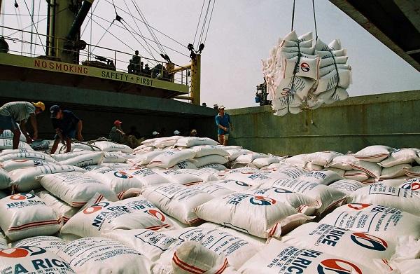 """Nhiều đề xuất """"cởi trói"""" cho xuất khẩu gạo - Hình 1"""