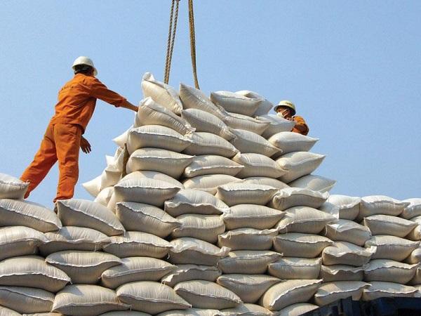 Thương gia găm hàng, giá gạo xuất khẩu của Việt Nam tăng mạnh - Hình 1