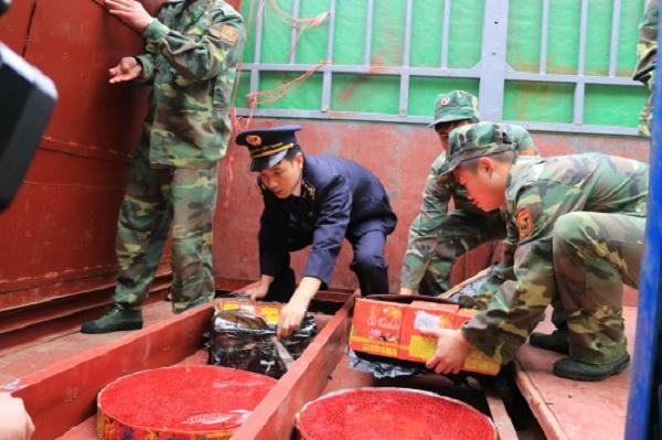 Lạng Sơn: Bắt giữ 600 kg pháo nổ vận chuyển qua cửa khẩu Tân Thanh - Hình 1