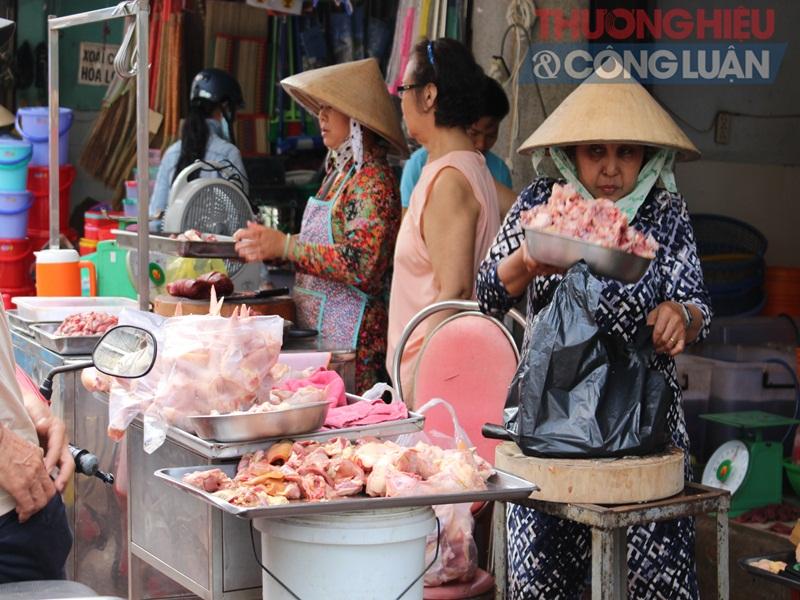 TP. HCM: Chợ tự phát lấn át lòng đường - Hình 1