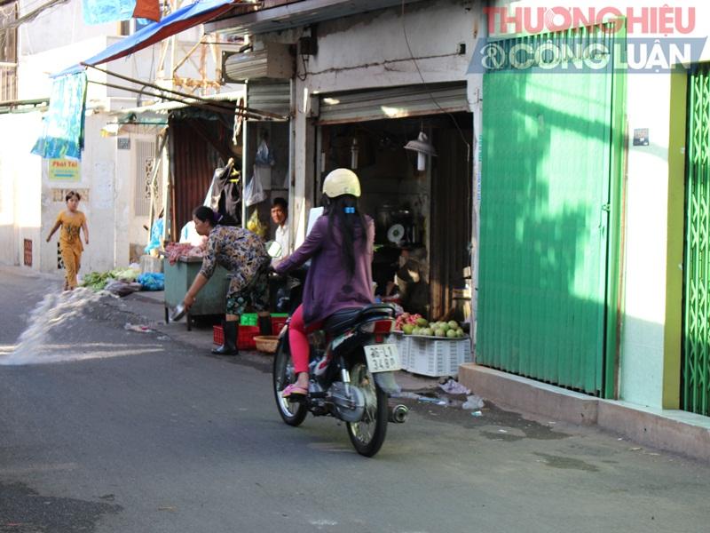 TP. HCM: Chợ tự phát lấn át lòng đường - Hình 10
