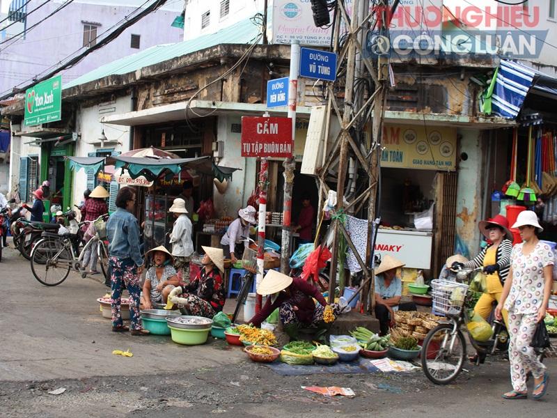 TP. HCM: Chợ tự phát lấn át lòng đường - Hình 2