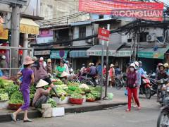 TP. HCM: Chợ tự phát lấn át lòng đường