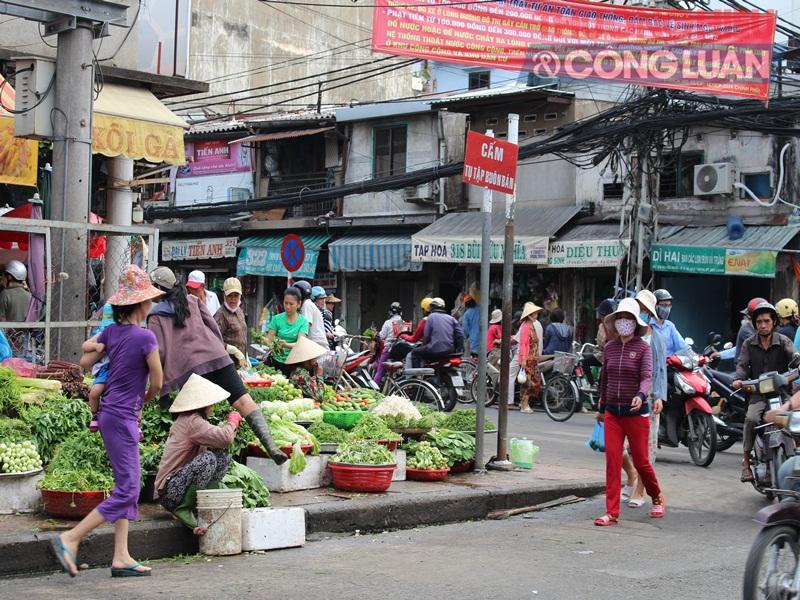 TP. HCM: Chợ tự phát lấn át lòng đường - Hình 3