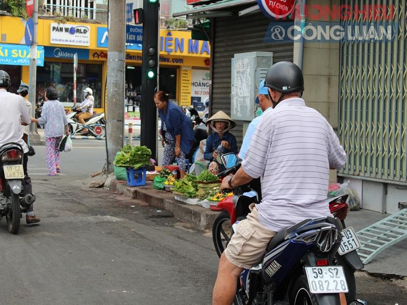 TP. HCM: Chợ tự phát lấn át lòng đường - Hình 5