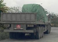 Hải Phòng: 2 xe BKS quân sự chở hàng quá tải chạy vào đường cấm!
