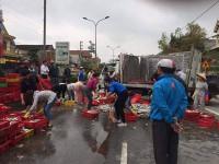 Hà Tĩnh: Xe tải lật giữa quốc lộ, người dân giúp tài xế thu gom 2 tấn cá