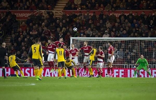 Premier League: Sanchez, Oezil lập công, Arsenal nhọc nhằn đánh bại Middlesbrough - Hình 1