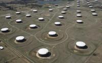 Giá dầu đối mặt nguy cơ mất mốc 50 USD/thùng