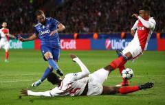Bán kết lượt đi Champions League: Higuain lập cú đúp, Juventus đặt một chân vào chung kết