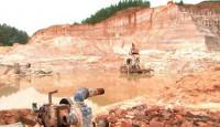 Quảng Ninh: Khởi tố 8 đối tượng khai thác cát trái phép