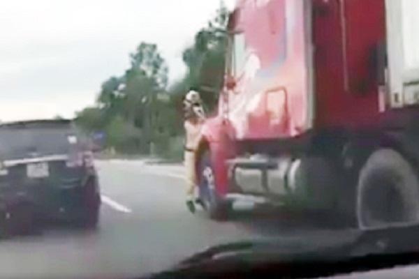 Hà Tĩnh: Khởi tố vụ xe container kéo lê CSGT hàng trăm mét - Hình 2