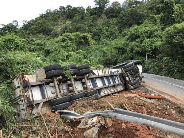 Lâm Đồng: Xe container lật tại đèo Bảo Lộc, tài xế bị thương nặng - Hình 1
