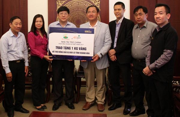 Ba doanh nghiệp tặng 1 kg vàng và 1 tỷ đồng cho người dân vùng lũ miền Trung - Hình 1