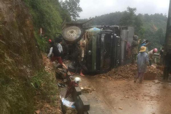Huế: Xe tải bị nổ lốp, người dân giúp tài xế gom hơn 1 tấn sắn đổ ra đường - Hình 2