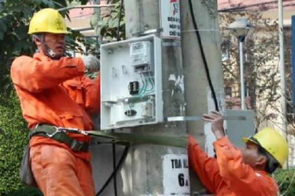 EVNNPC lắp đặt điện và thay bóng đèn miễn phí cho các gia đình chính sách - Hình 1