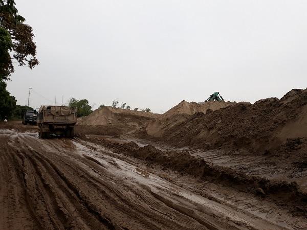 Văn Giang (Hưng Yên): Người dân bức xúc vì bãi tập kết cát gây ô nhiễm môi trường - Hình 1