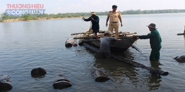 Phát hiện 2 ghe máy vận chuyển gỗ lậu trên sông Thu Bồn