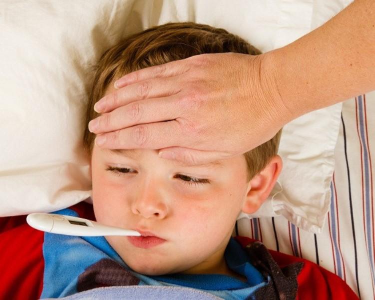 Trẻ bị sốt, cha mẹ đừng vì thiếu hiểu biết mà hại con