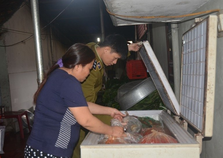 Hà Nội: Nguy cơ tiềm ẩn mất ATVSTP tại các cơ sở SX, kinh doanh thực phẩm nhỏ lẻ - Hình 1
