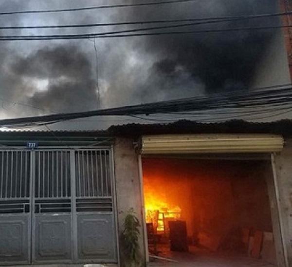 """Hà Nội: """"Bà hỏa"""" thiêu rụi xưởng gỗ tại số 739 đường Nguyễn Hoàng Tôn - Hình 1"""