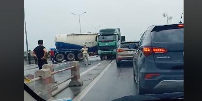 Xe bồn đâm dải phân cách, xoay ngang giữa đường trên cầu Thanh Trì - Hình 1