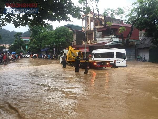NÓNG: Cận cảnh hình ảnh nhiều địa phương trong tỉnh Hà Giang bị ngập lụt do mưa lớn - Hình 8