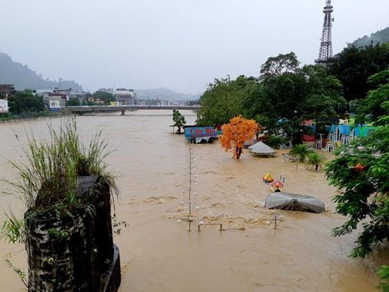 NÓNG: Cận cảnh hình ảnh nhiều địa phương trong tỉnh Hà Giang bị ngập lụt do mưa lớn - Hình 7