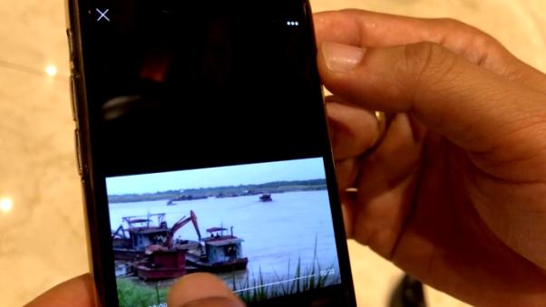 Chủ tịch Hà Nội trưng clip tàu 'cát tặc' ngang nhiên hoạt động cạnh tàu công an - Hình 1