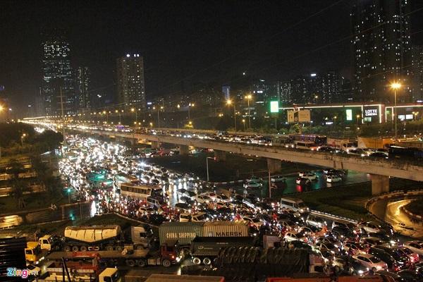 Chùm ảnh mưa lớn ở Hà Nội: Nhiều tuyến phố ngập sâu, tắc đường hàng giờ