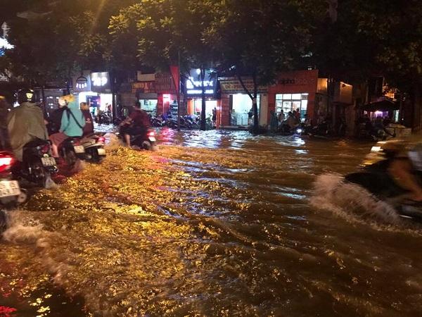 Mưa lớn kéo dài, Hà Nội tắc đường hàng giờ - Hình 1