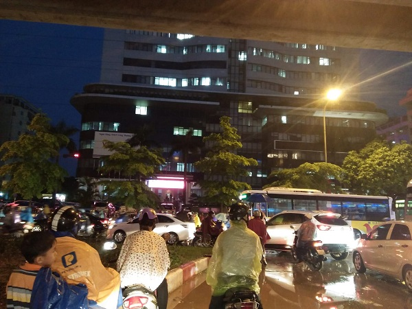 Mưa lớn kéo dài, Hà Nội tắc đường hàng giờ - Hình 3