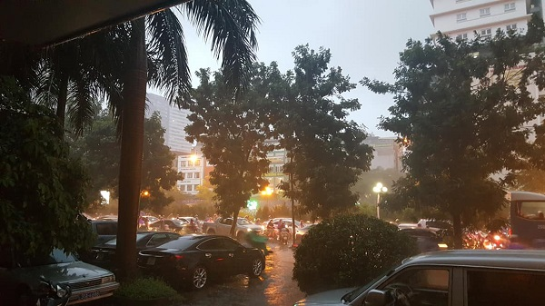 Mưa lớn kéo dài, Hà Nội tắc đường hàng giờ - Hình 6