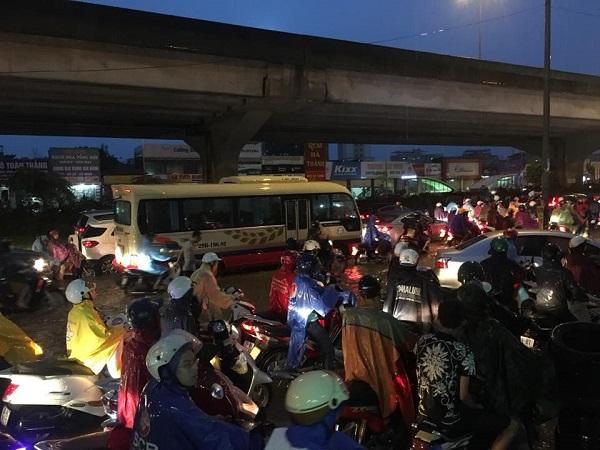 Mưa lớn kéo dài, Hà Nội tắc đường hàng giờ - Hình 7
