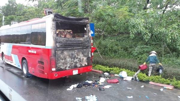 Đà Nẵng: Cháy xe du lịch khi đang chở khách - Hình 1