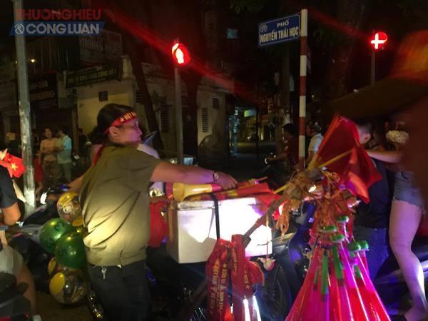 """Đường phố Hà Nội """"rợp"""" màu đỏ sau chiến thắng của Olympic Việt Nam - Hình 18"""