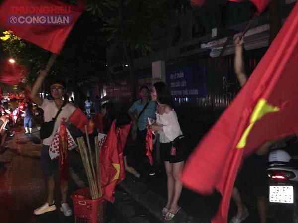 """Đường phố Hà Nội """"rợp"""" màu đỏ sau chiến thắng của Olympic Việt Nam - Hình 17"""