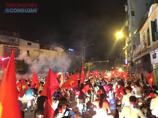 """Đường phố Hà Nội """"rợp"""" màu đỏ sau chiến thắng của Olympic Việt Nam - Hình 16"""